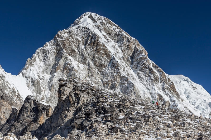 Trekkers montant à Kala Patthar - l'Everest photos stock
