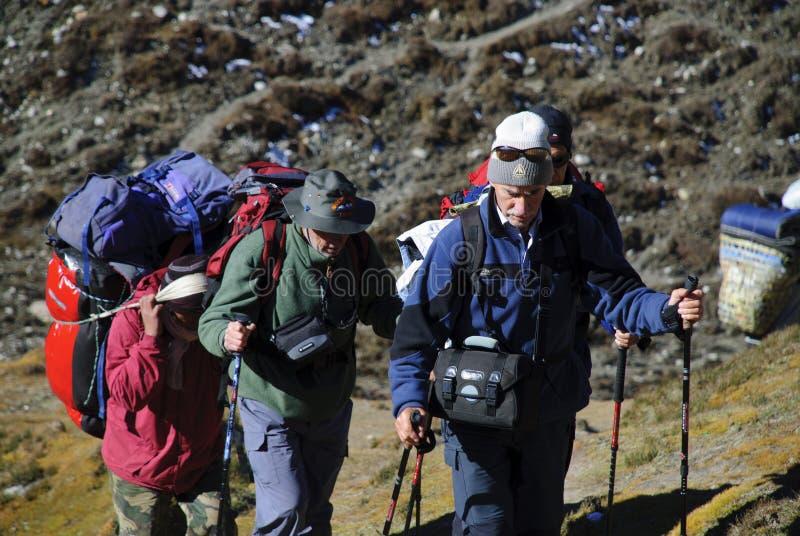 Trekkers no vale de Gokyo na região de Everest de Nepal fotografia de stock