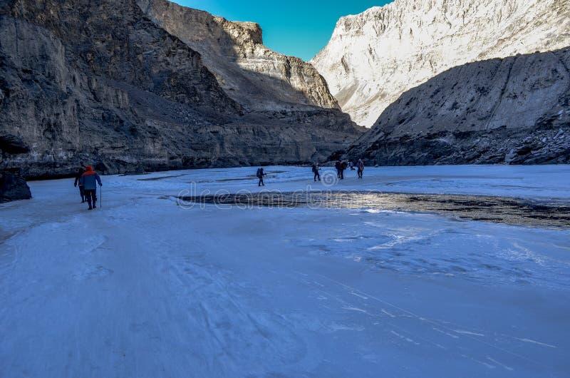 Trekkers op bevroren zanskar in chadar trek royalty-vrije stock afbeeldingen