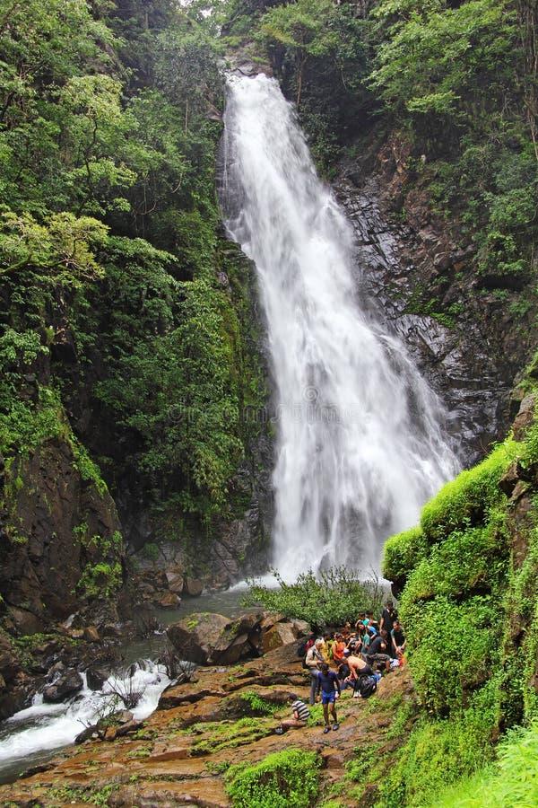 Trekkers przy Mynapi siklawą w Goa zdjęcia royalty free