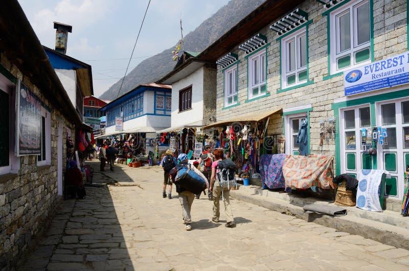 Trekkers que começam o passeio na montanha do acampamento base de Everest dentro, Lukla, Nepal imagem de stock royalty free