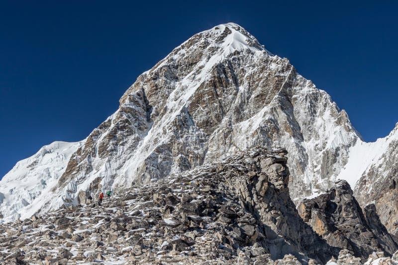 Trekkers que suben a Kala Patthar - el Everest imágenes de archivo libres de regalías