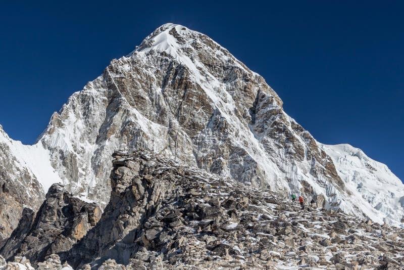 Trekkers que vêm até Kala Patthar - o Everest fotos de stock