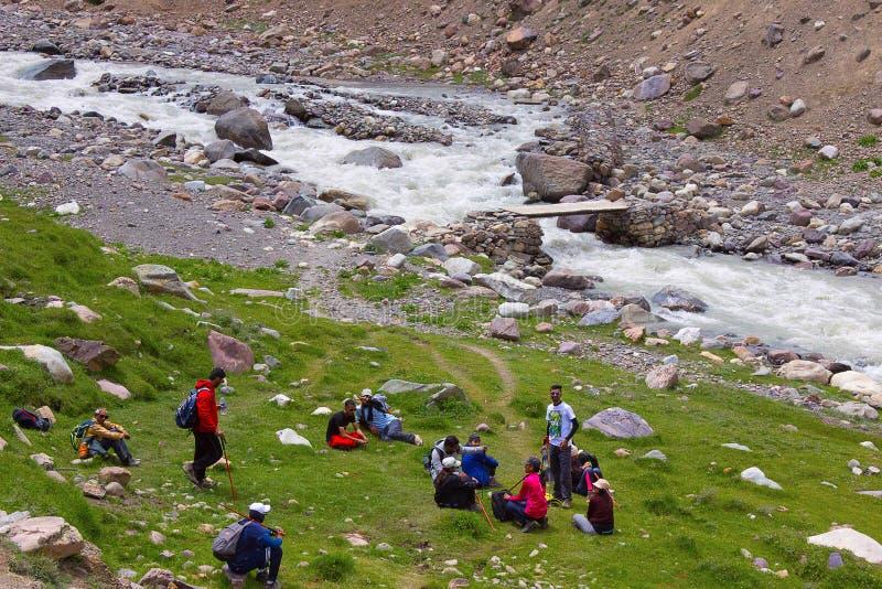 Trekkers som vilar nära en flodbank Himachal Pradesh arkivbild