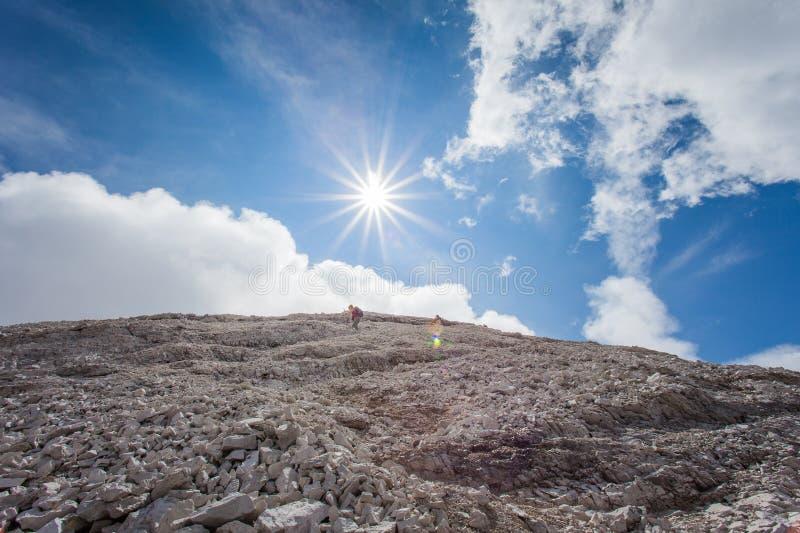Trekkers steigen von 3244 Metern von Tofana-Gipfel ab stockbilder