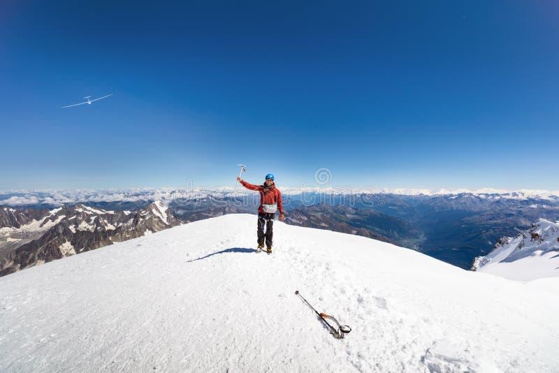 Trekking à parte superior da montanha de Mont Blanc em cumes franceses imagens de stock royalty free