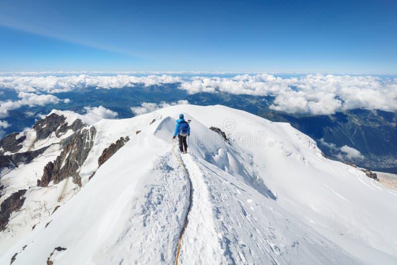 Trekking à parte superior da montanha de Mont Blanc em cumes franceses fotografia de stock