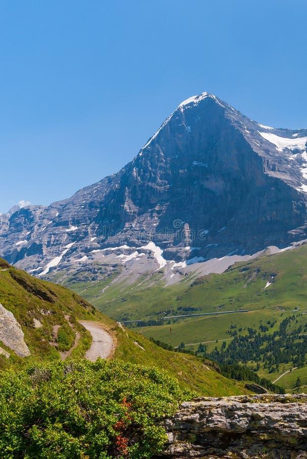 Trekking ślad na tle sławna Eiger szczytu północy ściana, Bernese Oberland, Szwajcaria, Europa obraz stock