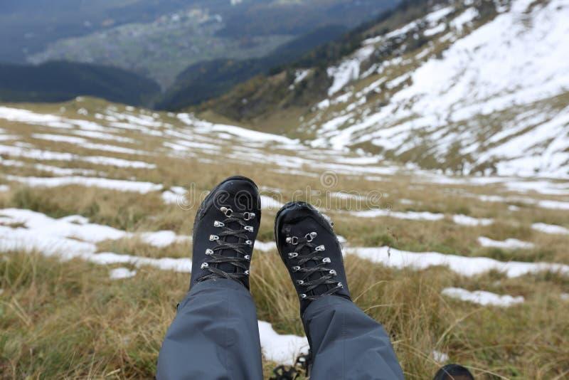 Trekking ботинки в горах Кавказа стоковое изображение rf