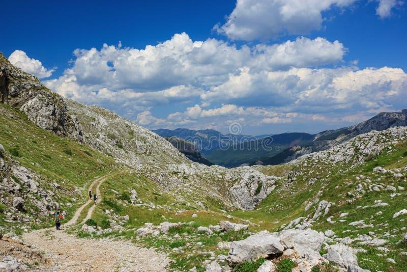 Trekking в горах стоковые изображения rf