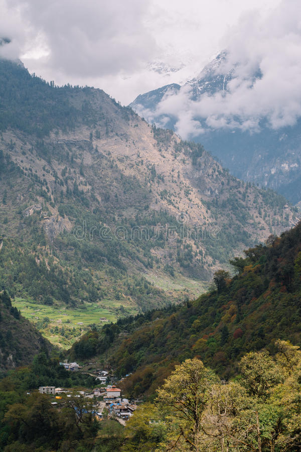 Trekking в Непале, Гималаи, зона консервации Annapurna стоковая фотография rf