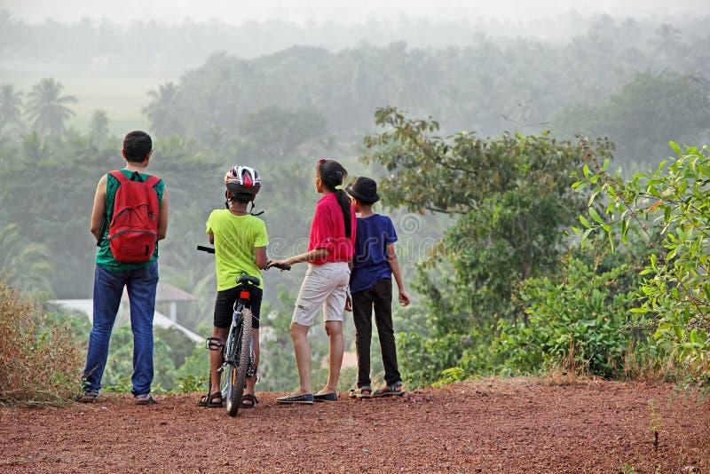 Trekking группа в сценарной холмистой сельской местности стоковая фотография rf