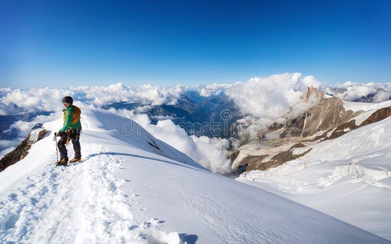 Trekking к верхней части горы Монблана в французе Альпах стоковые фотографии rf