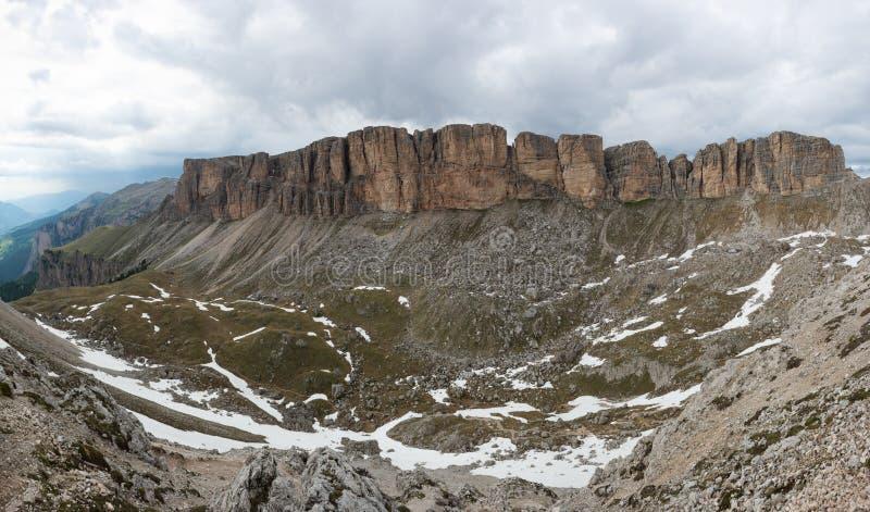 Trekking attraverso i picchi del CIR in dolomia, Italia fotografia stock