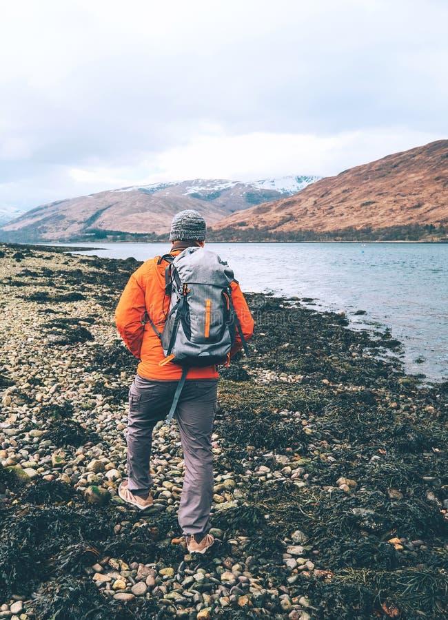 Trekking in berg, hooglanden scotish landschap, reiziger met stock afbeelding