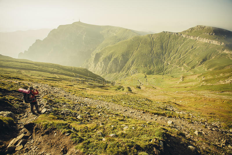 Trekking in Bucegi-Bergen lizenzfreies stockfoto