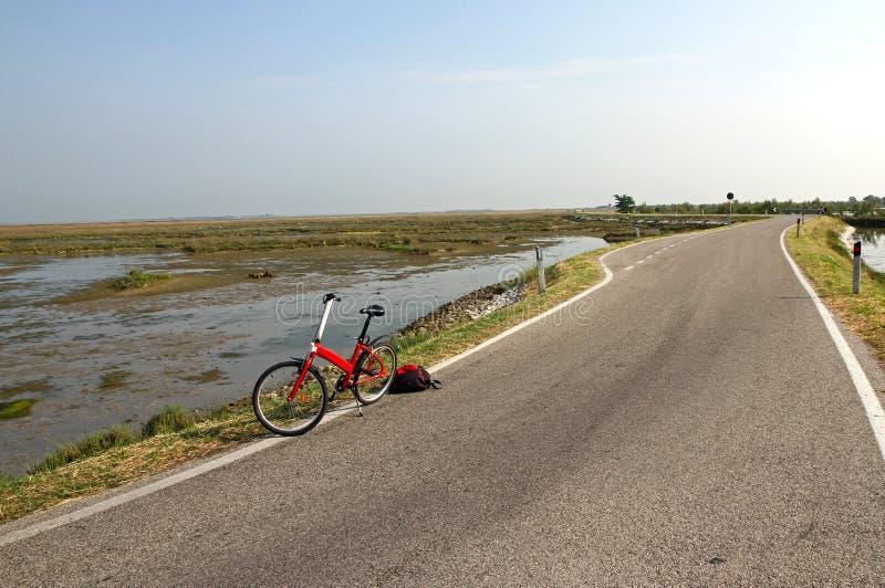 Trekking cykel för en ritt i mitt av den Venetian lagunnen royaltyfri bild
