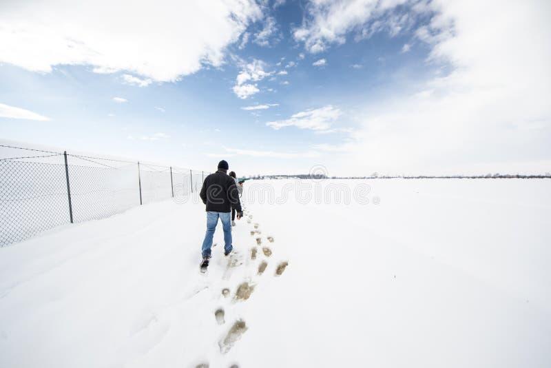 Trekking dans une neige photographie stock libre de droits