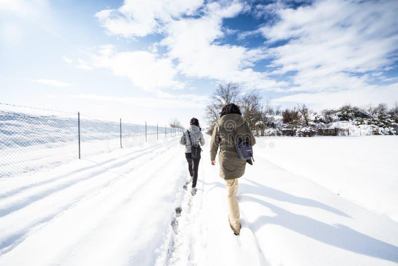 Trekking dans une neige photo libre de droits
