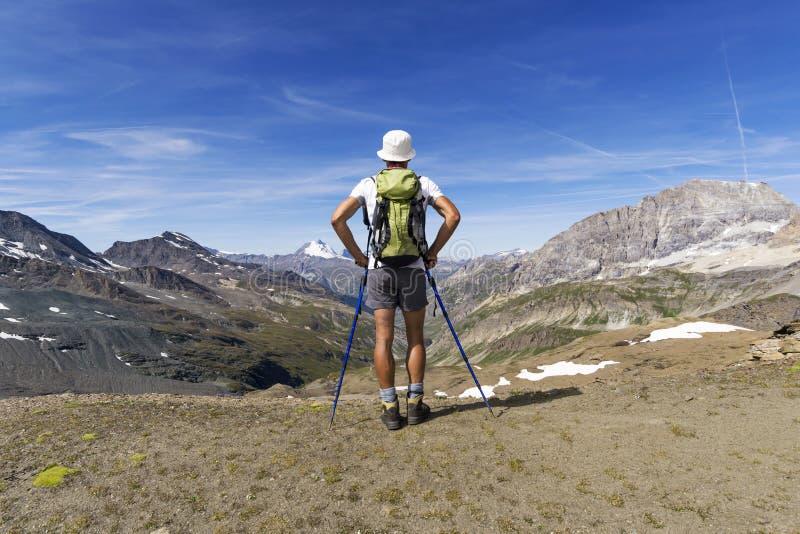 Trekking in de alpen royalty-vrije stock afbeelding