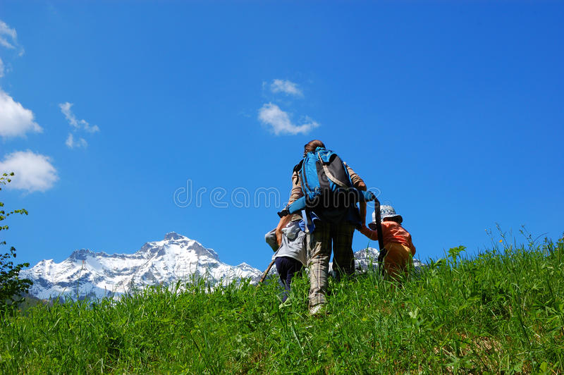 trekking de famille photos stock