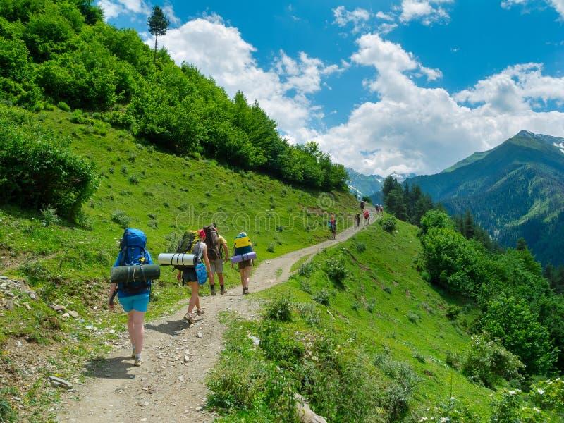Trekking De Jeunes Femmes Dans Svaneti, Photos stock