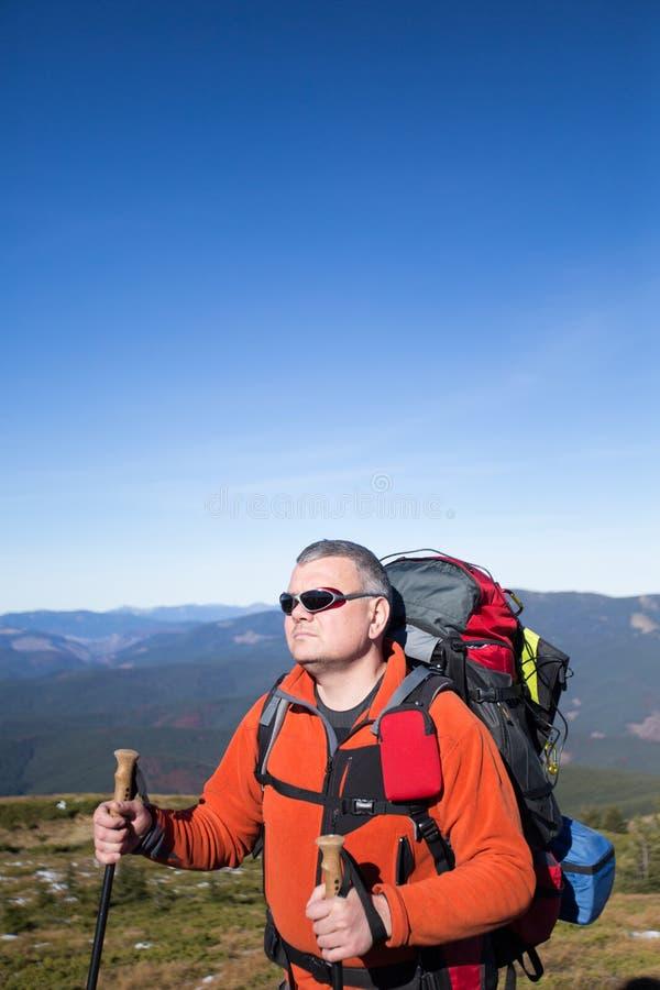 Trekking de randonneur dans les montagnes photo libre de droits