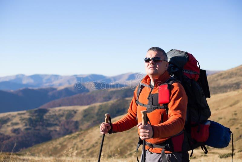 Trekking de randonneur dans les montagnes images stock