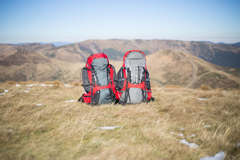 Trekking de randonneur dans les montagnes photo stock