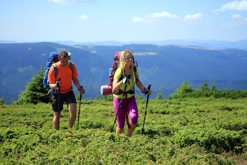 Trekking de randonneur dans les montagnes photos libres de droits