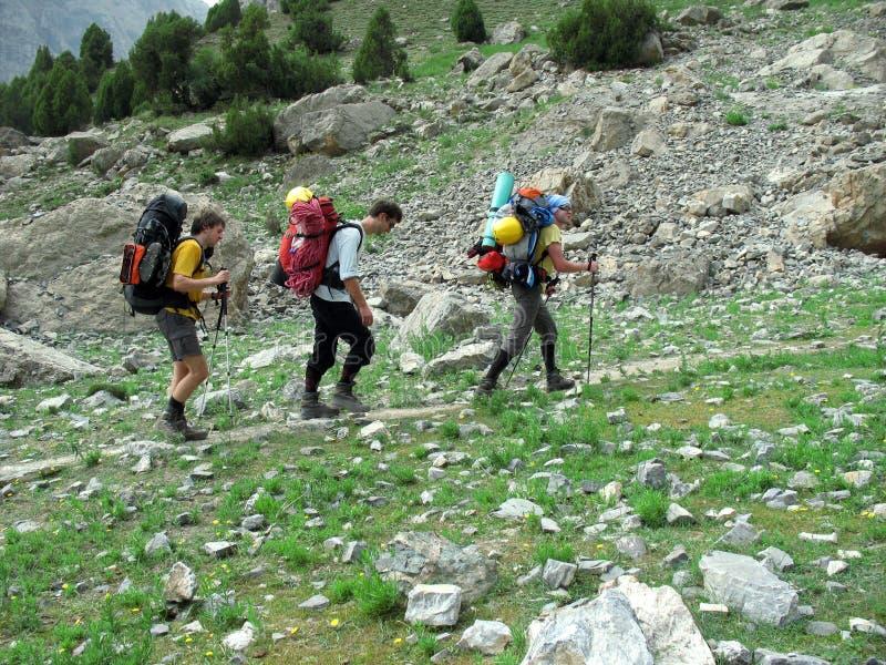 Trekking de randonneur dans les montagnes photographie stock libre de droits