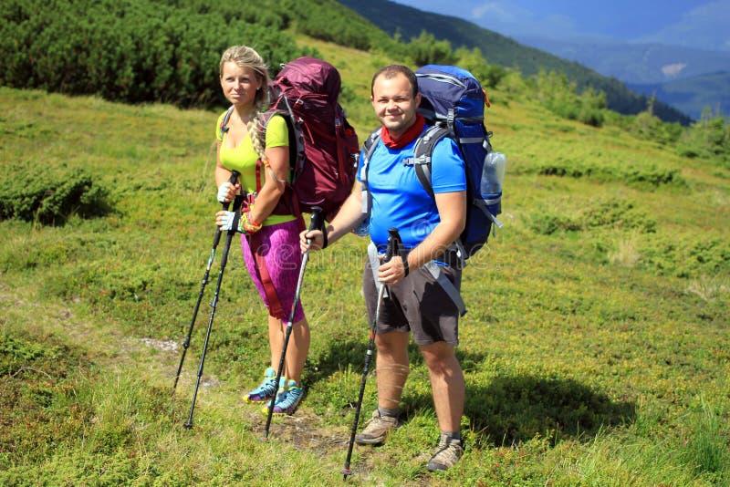 Trekking de randonneur dans les montagnes image libre de droits