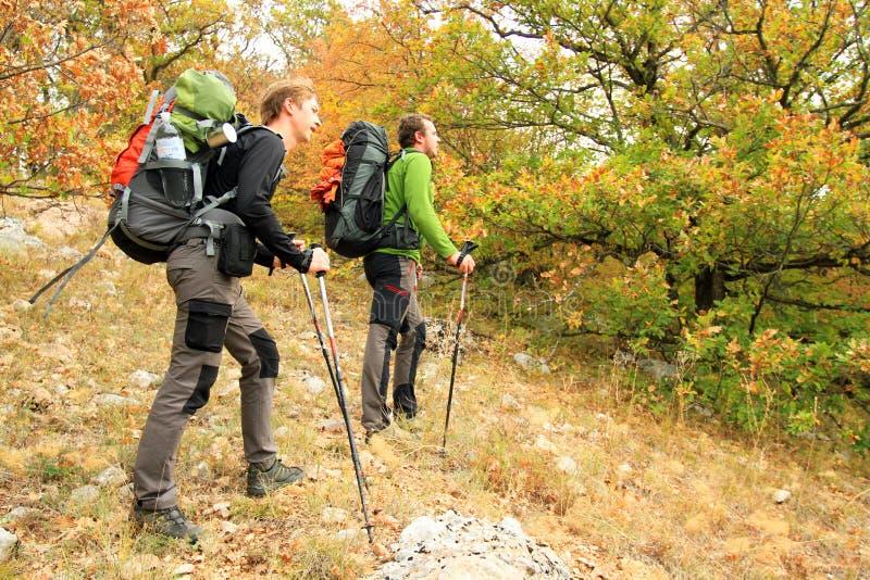 Trekking de randonneur dans les montagnes image stock