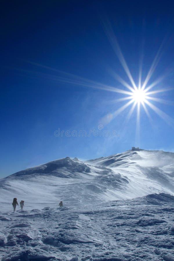 Trekking de randonneur dans les montagnes Sport et durée active image stock
