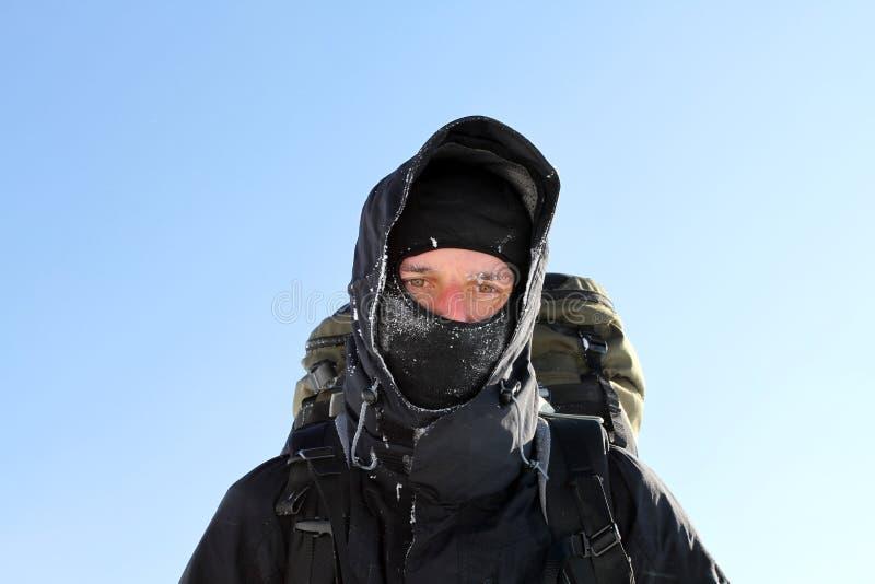 Trekking de randonneur dans les montagnes Sport et durée active photo stock