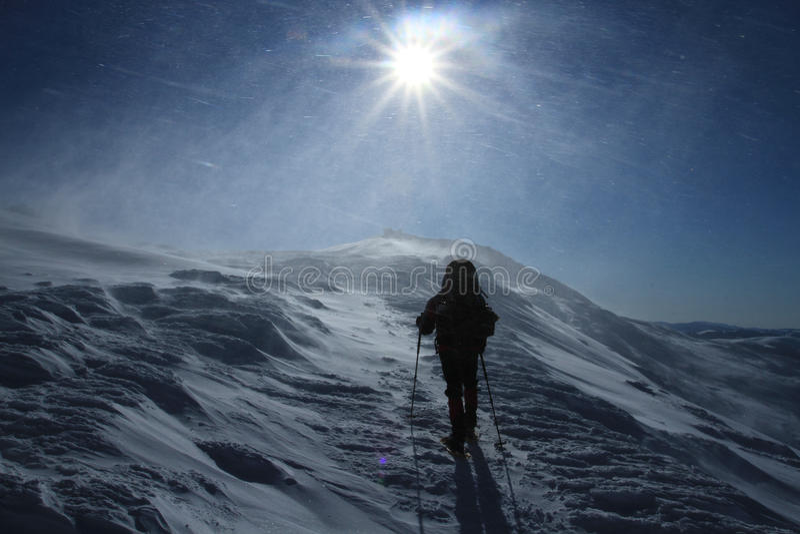 Trekking de randonneur dans les montagnes Sport et durée active photos libres de droits