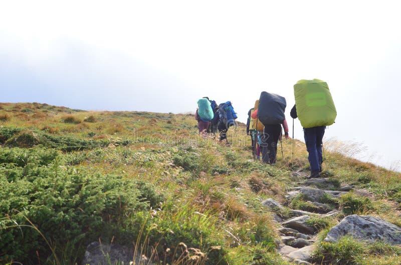 Trekking de randonneurs en montagnes de la Crimée photographie stock