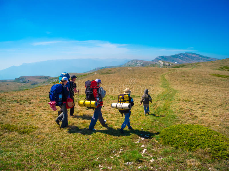 Trekking del gruppo delle viandanti in Crimea fotografie stock