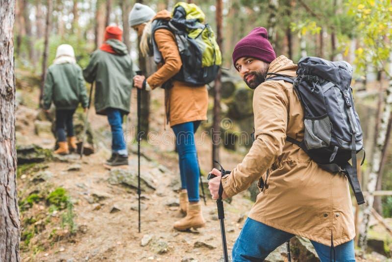 Trekking dell'uomo con la famiglia fotografia stock libera da diritti