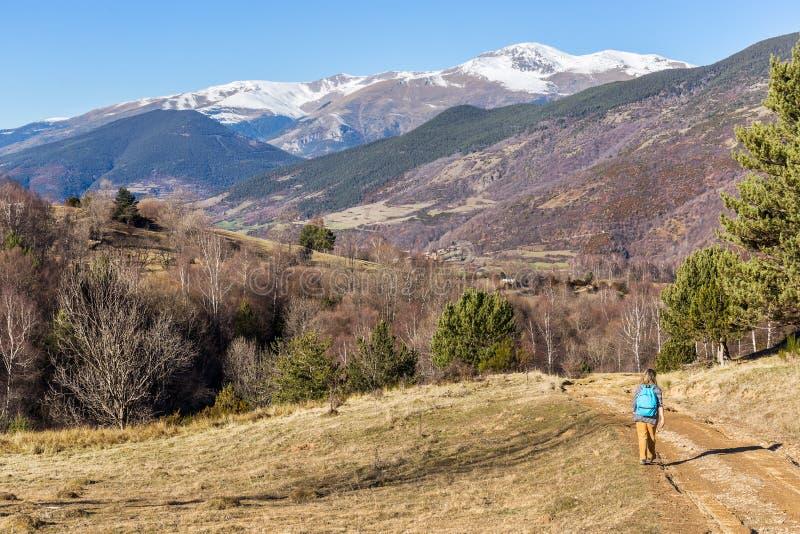Trekking della donna in Pirenei fotografie stock libere da diritti