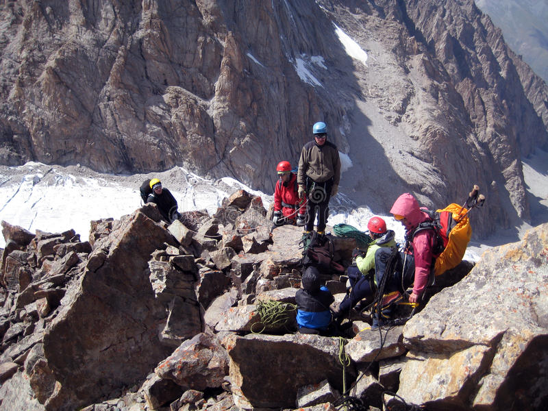 Trekking della viandante nelle montagne fotografie stock libere da diritti