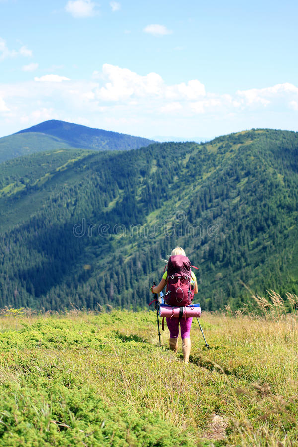 Trekking della viandante nelle montagne fotografia stock libera da diritti