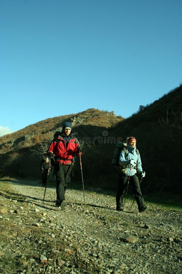 Trekking della viandante nelle montagne fotografie stock
