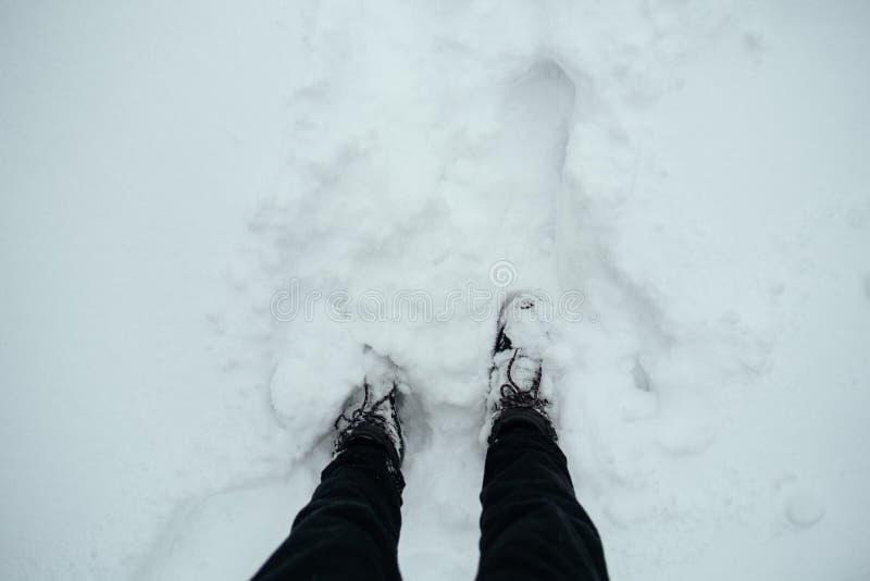 Trekking delle calzature di inverno delle scarpe nella vista della neve da sopra immagini stock