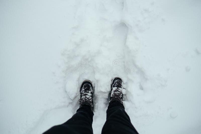 Trekking delle calzature di inverno delle scarpe nella vista della neve da sopra fotografie stock