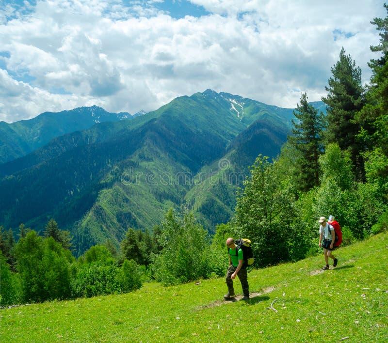 Trekking delle giovani donne in Svaneti, fotografia stock