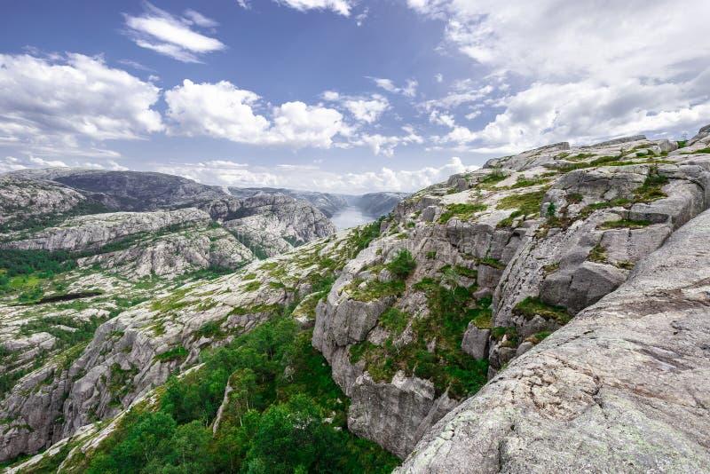 Trekking in den norwegischen Fjorden - Ansicht über Lysefjord von einer Spur zu Preikestolen alias der Pulpet-Felsen (Lysefjord) stockfoto