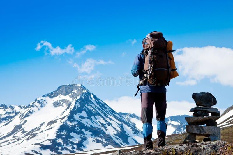 Trekking des jungen Mannes in den Bergen lizenzfreies stockbild