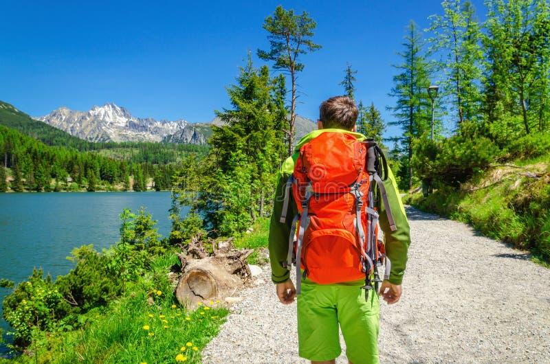 Trekking des jungen Mannes entlang Gebirgssee hohes Tatra stockbilder