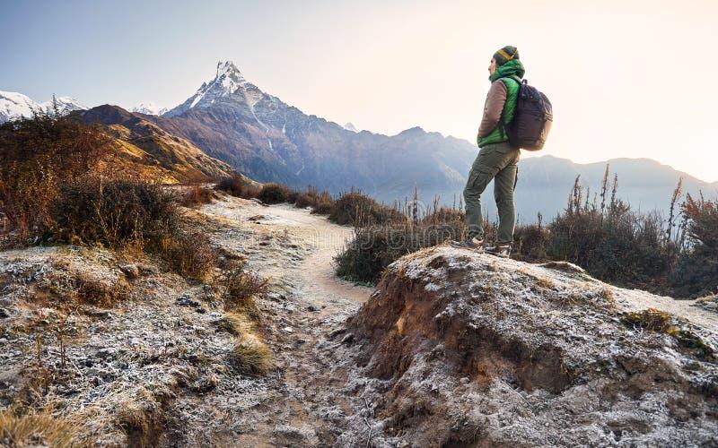 Trekking em montanhas de Himalaya fotos de stock